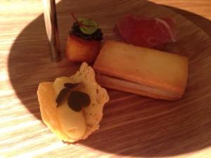 ジャガイモのシューとキャビア/生ハムパン/フォアグラのレーズンサンド/パルメザンチーズのチュイルとゴールドラッシュ