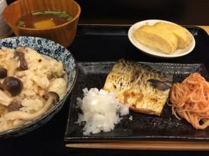 きのこの炊き込みご飯と焼き鯖