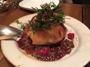 塩漬けにした蝦夷鹿と根菜のパートフィロ包み焼き